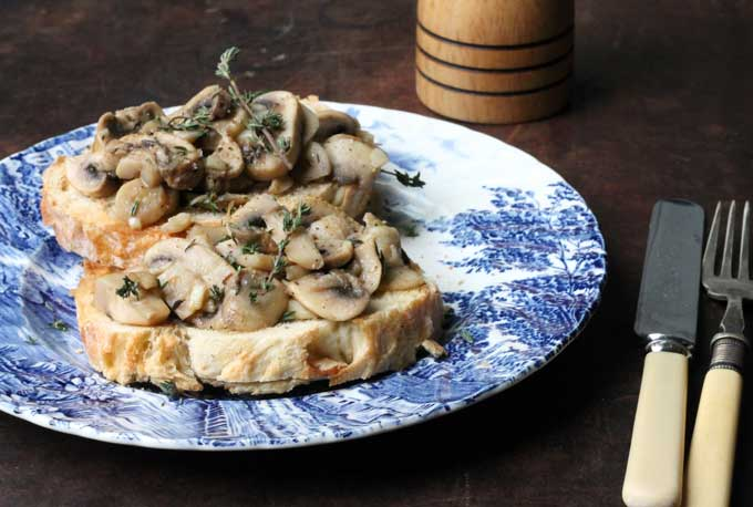 Mushrooms on toast with garlic and thyme | Veggie Desserts Blog