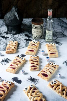 These halloween mummy hand pies are an easy way to make a spooky treat! Get the recipe at veggiedesserts.co.uk