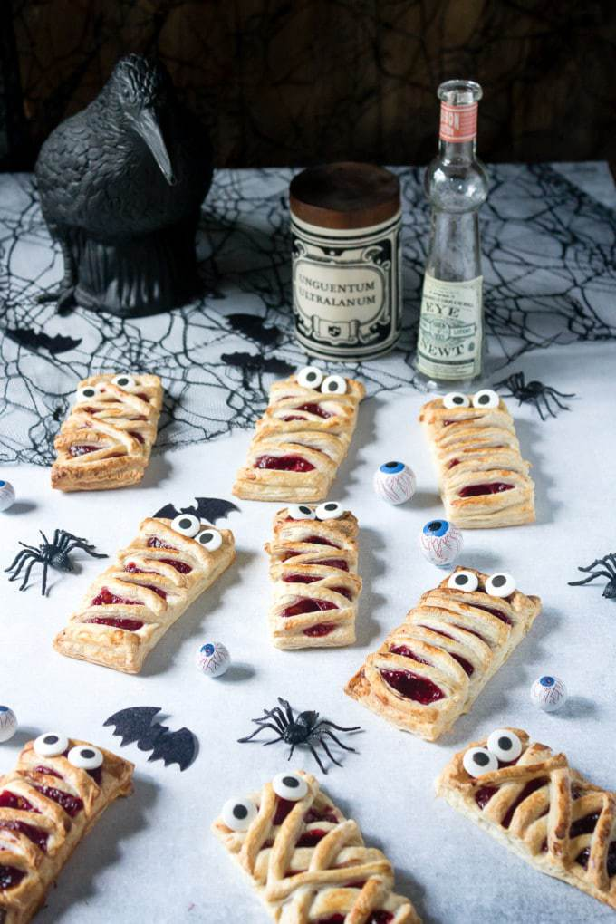 These 6 ingredient easy Halloween mummy pies are an easy way to make a spooky treat! Get the recipe at veggiedesserts.co.uk