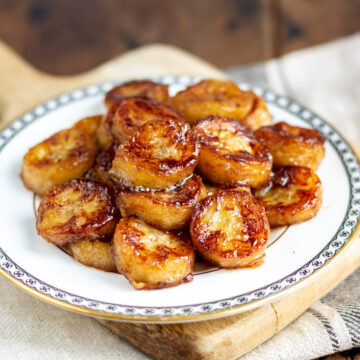 Close up of a plate of fried bananas.