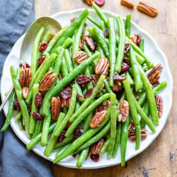 A plate of green beans.